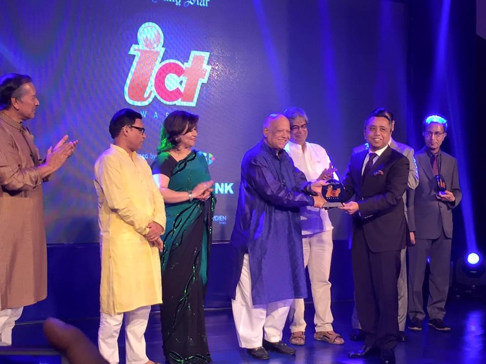 honorary-consul-receiving-award-from-finance-minister